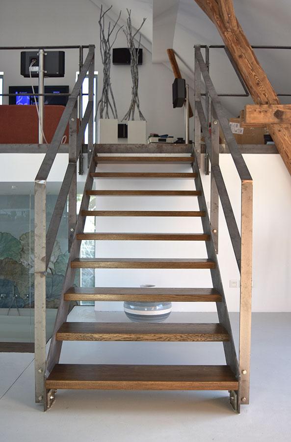 Robuste Treppe – Stahl und Holz